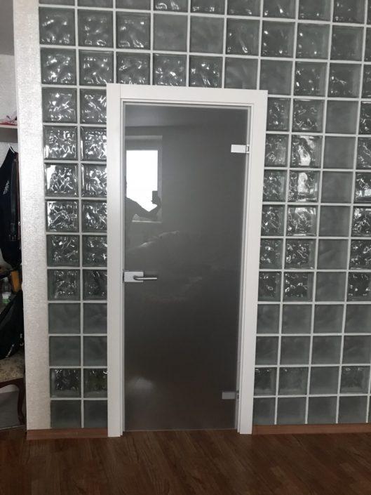 Распашная стеклянная дверь в Минске