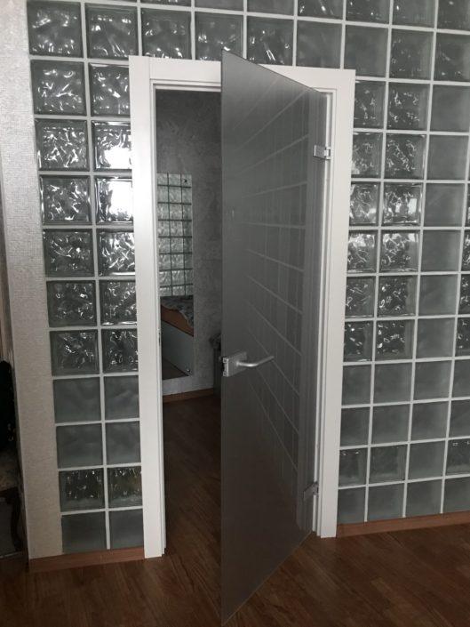 Стеклянная распашная дверь в Минске