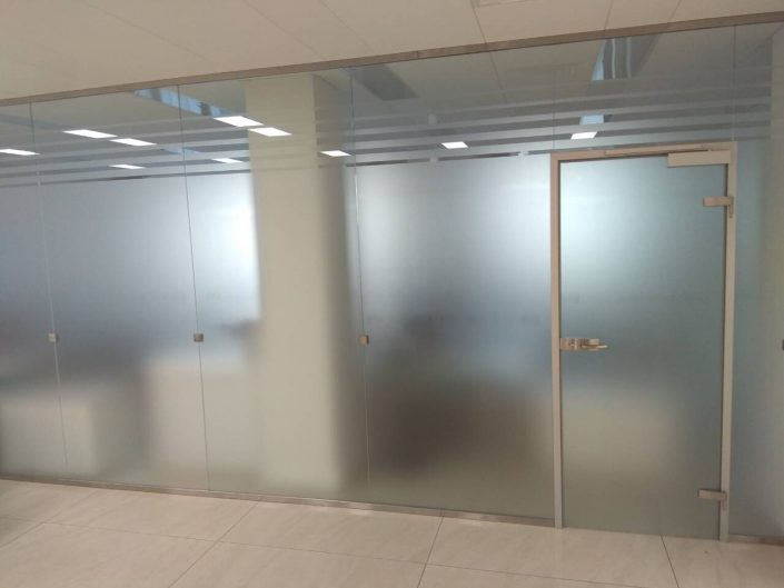 стеклянные перегородки для зонирования офисные